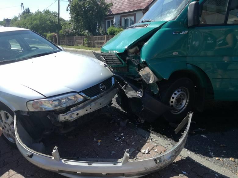 O tej kraksie poinformował nas Czytelnik. W środę, 4 lipca, na drodze wojewódzkiej 132 doszło do zderzenia volkswagena i opla. Do wypadku doszło w tym