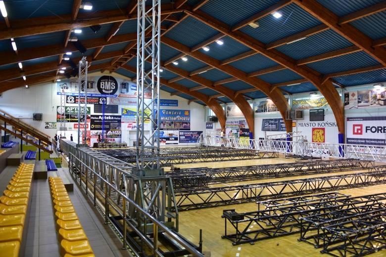 Debata Prezydencka w Końskich. W hali trwa budowa gigantycznego studia. Zobaczcie [ZDJĘCIA, WIDEO]