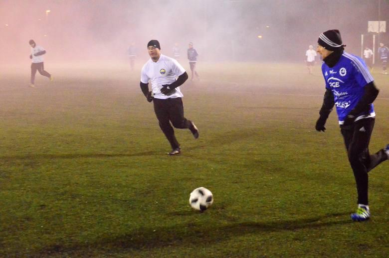 Na boisku Gryfu Mielec rozegrano tradycyjny Mecz Wigilijny pomiędzy piłkarzami Stali Mielec a kibicami. Na boisku lepsi okazali się piłkarze, którzy