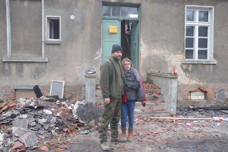 Pożar zniszczył mieszkania trzech rodzin. Wszystkie liczą na pomoc. Na zdjęciu Karolina i Piotr Wochanka
