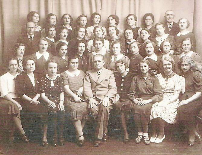 Koniec lat trzydziestych. Pracownicy słodkiej firmy J. Sybilski (na zdjęciu w środku) i A. Krzemiński. Pani Rozalia druga z lewej