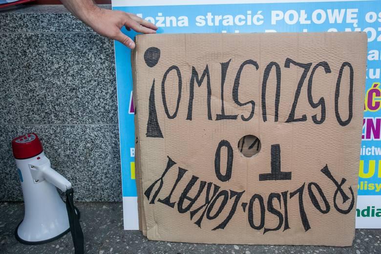 Protest przed Get In Bankiem na Śniadeckichpikieta przeciwko nieuczciwym praktykom banków (nie publikować logotypów banków)