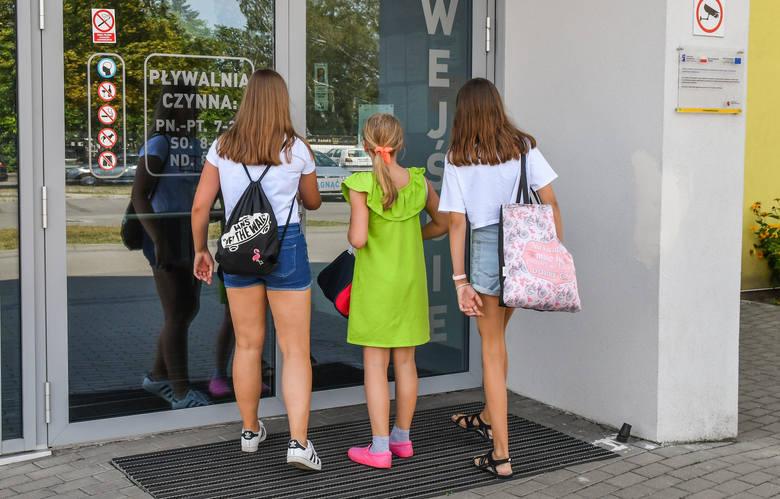"""Bydgoscy uczniowie w czasie wakacji mogą przed południem korzystać bezpłatnie z przyszkolnych pływalni w mieście. Niestety, z basenu """"Czwórka"""" od czwartku nie można korzystać. Obiekt jest zamknięty."""