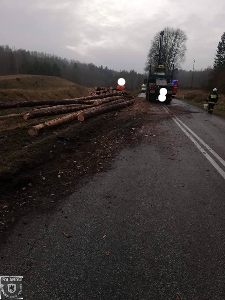 Wypadek między Polanowem a Żydowem. Drzewo na drodze [zdjęcia]