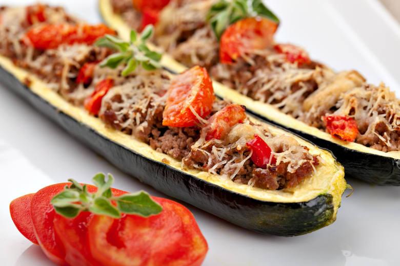 Cukinia faszerowana mięsem i żółtym serem.