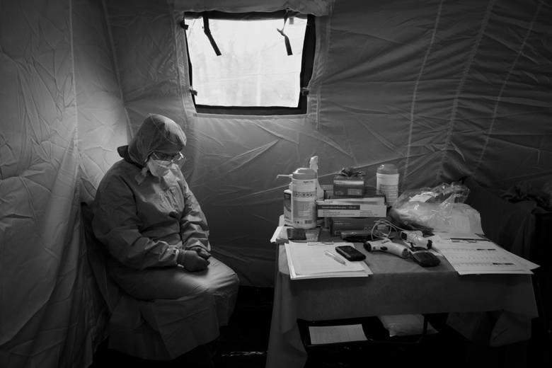 """Zdjęcie roku 2020 autorstwa Jacka Szydłowskiego (""""Dziennik Wschodni"""") – zdjęcie przedstawiające lekarkę z Samodzielnego Publicznego Szpitala Klinicznego"""