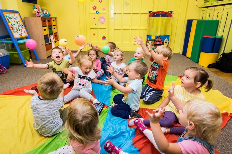 """W tym roku na liście oczekujących na przyjęcie do żłobków miejskich w Bydgoszczy jest 700 dzieci! Przyjętych zostanie 422... Na zdjęciu maluchy ze Żłobka Miejskiego nr 5 """"CHATKA PUCHATKA"""" przy ul. Asnyka"""