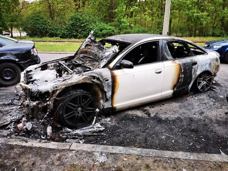W nocy z soboty na niedzielę na ulicy Bydgoskiej w Toruniu spłonęło audi A6, ogień uszkodził również dwa inne zaparkowane obok pojazdy. Sprawę bada policja.Do