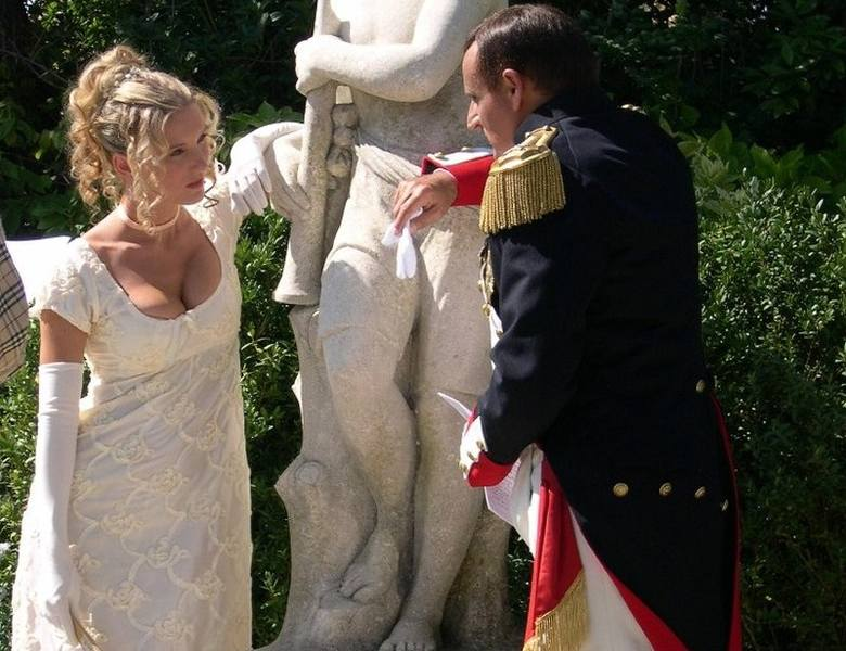 """Magazyn """"Destination Napoleon"""" zaprezentował 10 największych fanatyków Napoleona Bonapartego. Wśród nich jest Dagmara Spolniak z Opola, która sprzedała nawet mieszkanie, żeby móc umówić się na randkę z Napoleonem.<br /> <br /> Od śmierci małego cesarza minie niebawem 200 lat, a Napoleon..."""