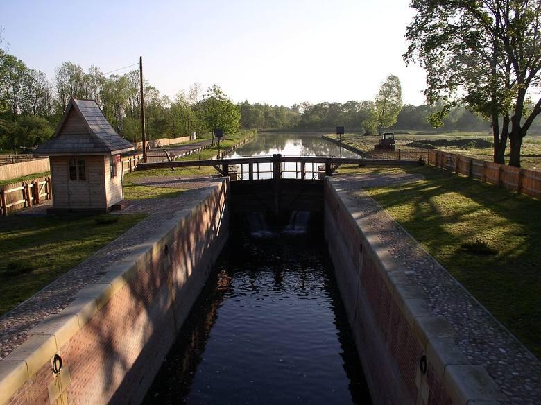 Śluza DębowoŚluza Dębowo to pierwsza śluza na Kanale Augustowskim (licząc od strony Biebrzy) w okolicy wsi Dębowo. Jest to jedyny tego typu zabytkowy