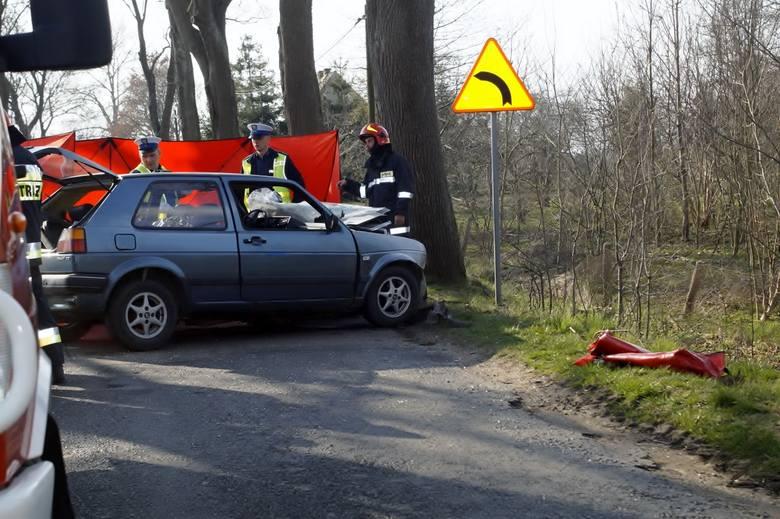 Dzisiaj (sobota 06.04), po godz. 16., kierujący osobowym Volkswagenem mężczyzna, z niewyjaśnionych dotąd przyczyn, w miejscowości Choćmirówko, zjechał