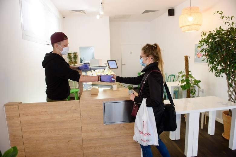 Kilkadziesiąt restauracji, barów i kawiarni na starówce w Toruniu otworzyło dziś (18.05) swoje podwoje. Część już rozstawiła ogródki letnie. Wszyscy