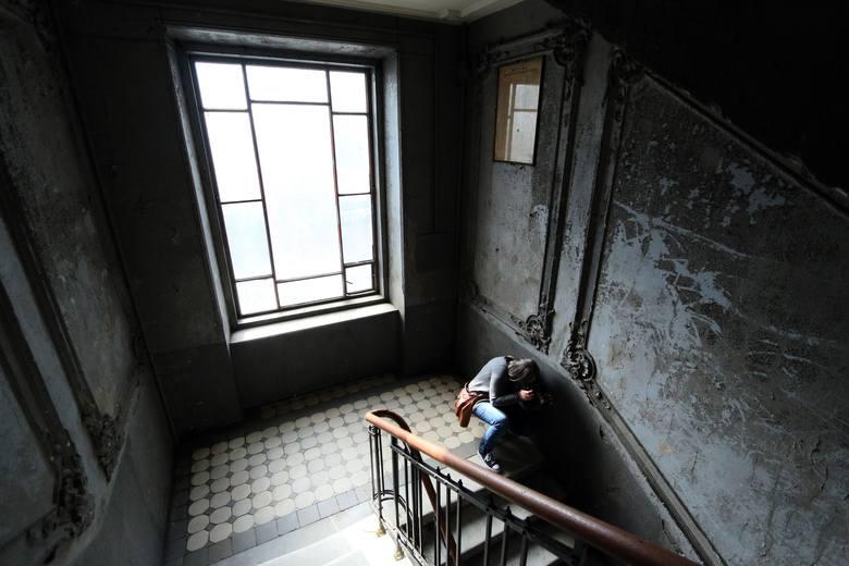 Główna, reprezentacyjna klatka schodowa - motyw kafelków na podestach schodów powtarza się również w łazienkach mieszkań dla bogatszych lokatorów. <br />