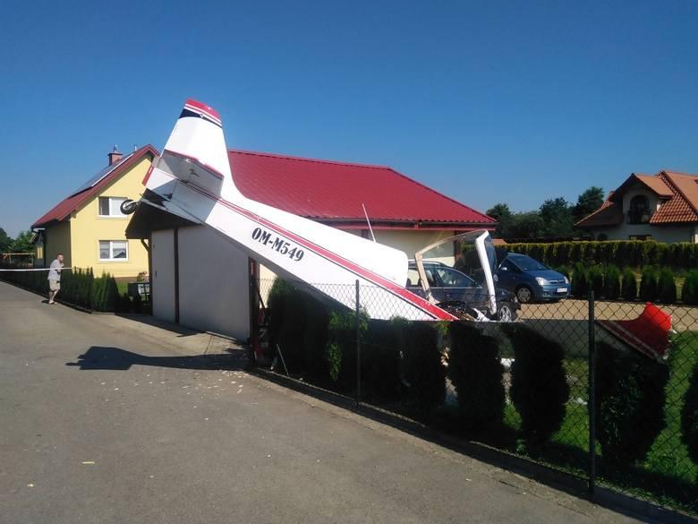 Awaryjne lądowanie niewielkiego samolotu na posesji w Krośnie. Maszyna uszkodziła latarnię, samochód i budynek gospodarczy (ZDJĘCIA)