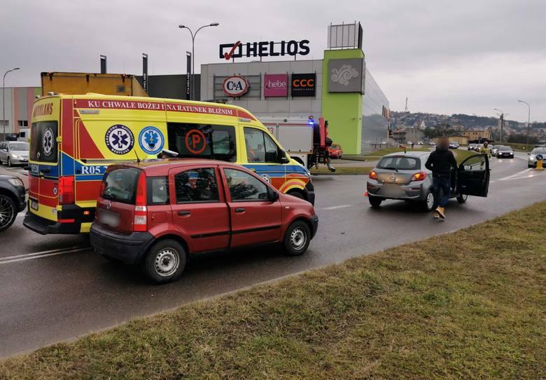 Do zdarzenia doszło w piątek po godz. 12 na skrzyżowaniu ul. Sanowej z ul. Rzeźniczą w Przemyślu. Kierująca fiatem panda uderzyła w tył mitsubishi. Drugim
