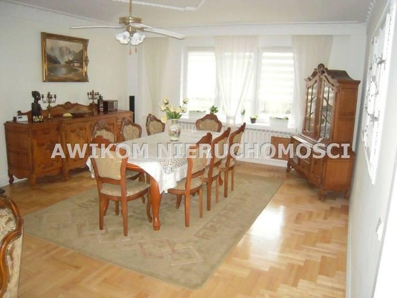 <strong>19. Dom w cenie 650 tys. złotych<br /> 2 363,64 zł/m2 </strong><br /> <br /> W wysokim podpiwniczeniu są dodatkowe pomieszczenia, które bez dodatkowych nakładów można wykorzystywać jako dodatkowe pokoje mieszkalne. Łącznie w domu można wygospodarować 8-9 pokoi. W tymże podpiwniczeniu jest...