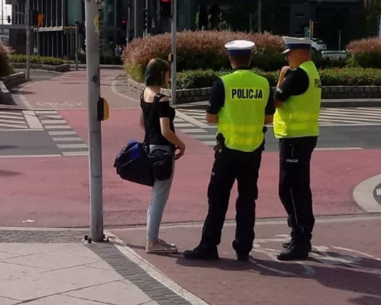 Policyjne patrole stanęły przy rondzie Kaponiera po tym, jak w ostatnim czasie coraz więcej kobiet przechodziło z dziecięcymi wózkami przez rondo po