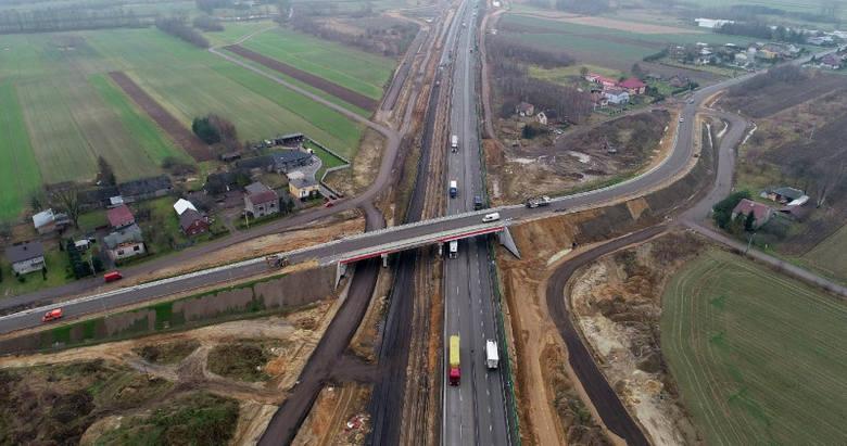 Nowy wiadukt nad autostradą A1 upłynni ruch na drodze powiatowej między Mykanowem i KościelcemZobacz kolejne zdjęcia. Przesuwaj zdjęcia w prawo - naciśnij