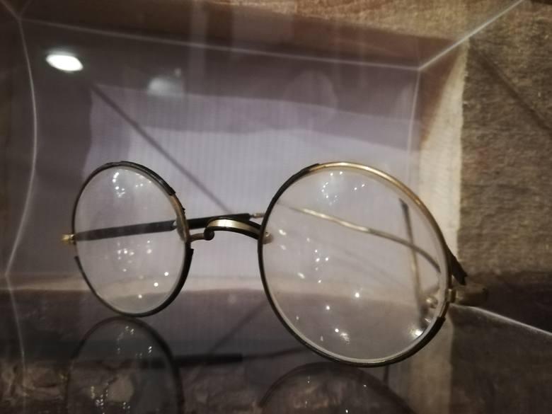 Okulary, które znaleziono w grobie obrońców Poczty Polskiej