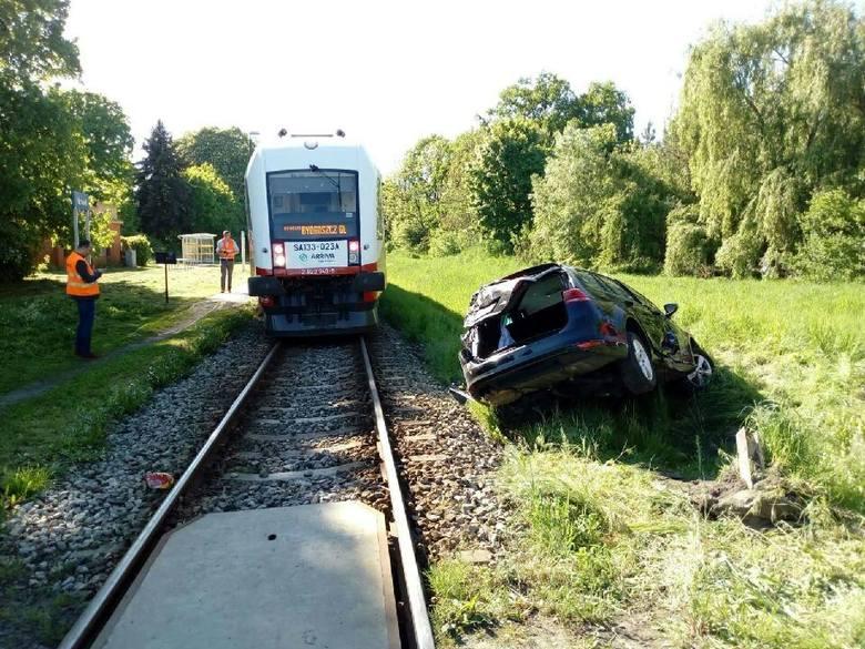 Kierowca vw został zabrany do szpitala. Ze wstępnych ustaleń wynika, że nie doznał poważniejszych obrażeń. Na miejscu pracują służby. Do zdarzenia doszło