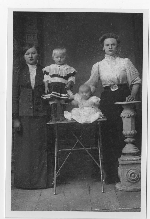 Rok 1919. Matka pana Bolesława, Wiktoria Koksanowicz, z bratową Stefanią i jej dziećmi.