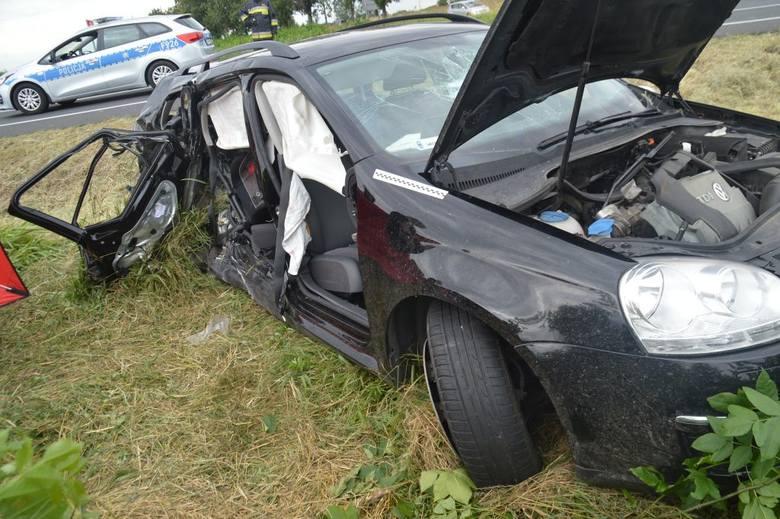 W wyniku zderzenia pojazdów pomimo akcji reanimacyjnej 8-letni chłopiec podróżujący volkswagenem poniósł śmierć na miejscu. Obrażeń ciała doznało pięć