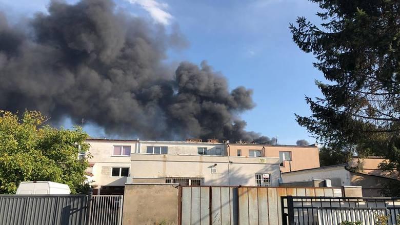 Pożar przy ulicy Pomorskiej w Szczecinie. Ogień spowodował duże zadymienie, które widać z innych części miasta.NOWE informacje: POŻAR w Szczecinie przy