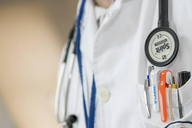 """Absurdy RODO u lekarza. Ministerstwo Cyfryzacji i resort zdrowia przygotowały """"Przewodnik po RODO w służbie zdrowia."""