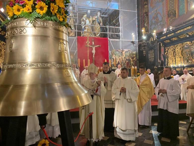 Doskonały w brzmieniu i w swej złocistej szacie, dzwon Józef z Nazaretu został ochrzczony w kościele Mariackim w Krakowie. Dokładnie w uroczystość ku