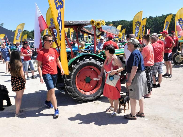 Trwa VI Zlot Starych Traktorów w Łazach. Impreza potrwa do niedzieli. Zobaczcie zdjęcia i wideo z sobotniego południa.
