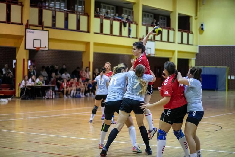 Białostoczanki (czerwone koszulki) wygrały derby z Dwójka Łomża
