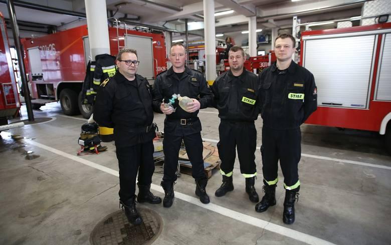 Maciej Mikosiński (od lewej), Michał Nowicki, Kamil Antczak i Jarosław Boczek uratowali 70-latka.<br />