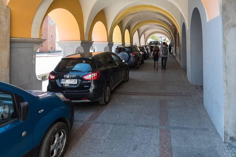 Przechodnie, widząc stojące w podcieniach samochody, wykonywali zdjęcia, które szybko obiegły portale społecznościowe