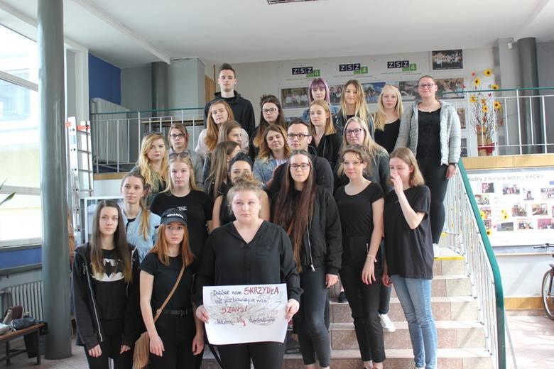 Maturzyści z ZSZ nr 4 w Opolu apelują do nauczycieli o zawieszenie strajku.