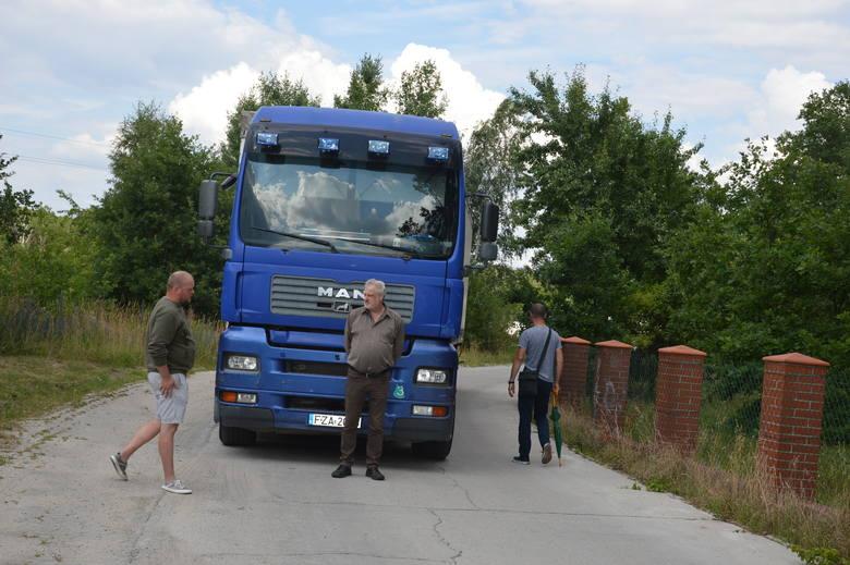 Konflikt na linii mieszkańcy Żar - urząd nasila się. Miejscy urzędnicy nas lekceważą, więc blokujemy drogę [ZDJĘCIA]