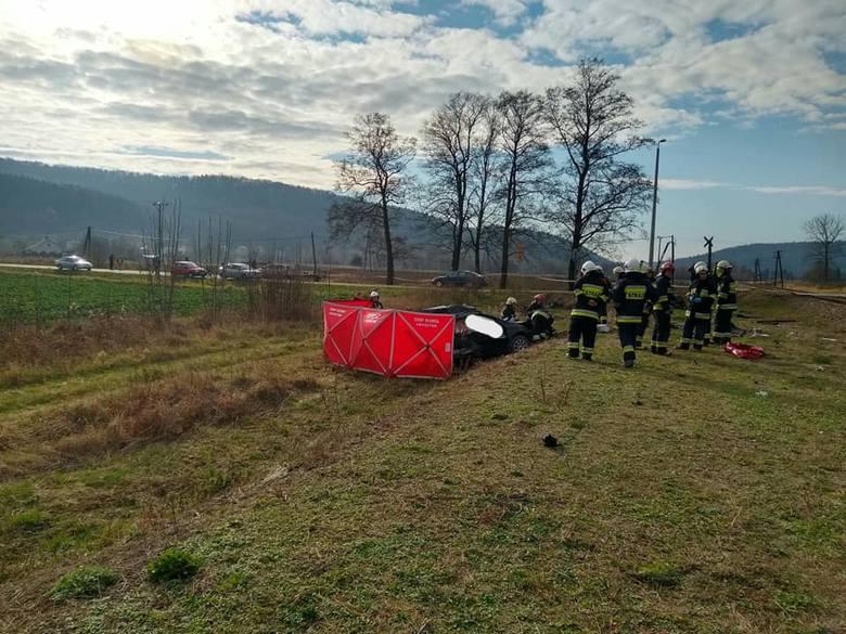 Zdjęcia z miejsca wypadku w Wiśniowej. Ford wjechał pod pociąg.