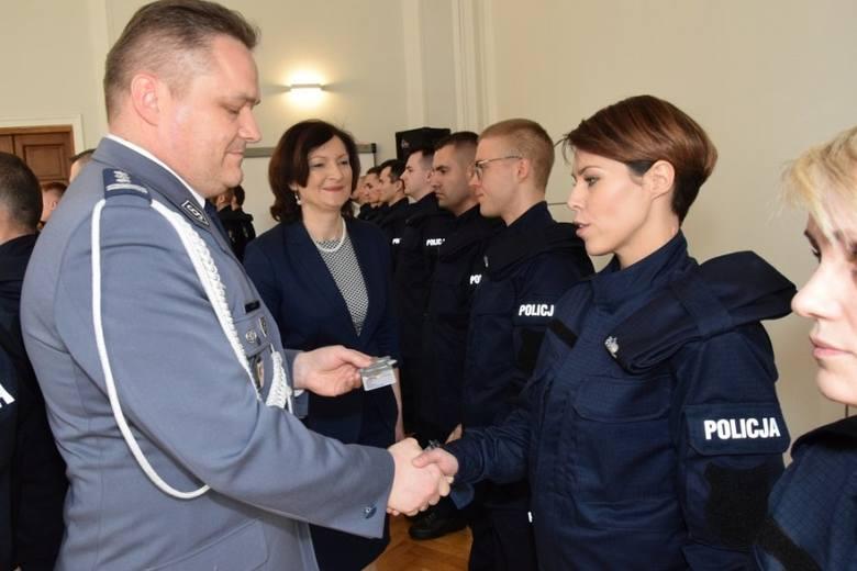 Uroczystość ślubowania odbyła się w auli Komendy Wojewódzkiej Policji w Rzeszowie. Po złożeniu meldunku, w obecności sztandaru, 23 policjantów i 4 policjantki
