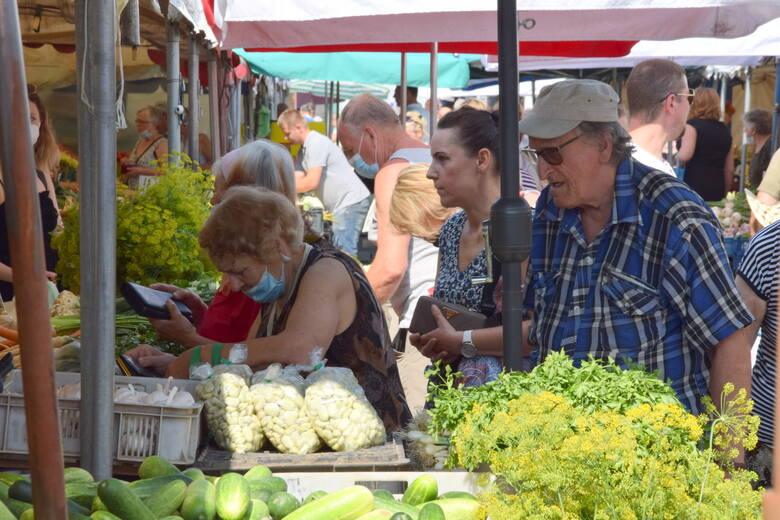 Kielecki miejski plac targowy przyciąga tłumy bogatą ofertą świeżych owoców i warzyw.  Można tam nabyć najpopularniejsze sezonowe owoce, takie jak truskawki,