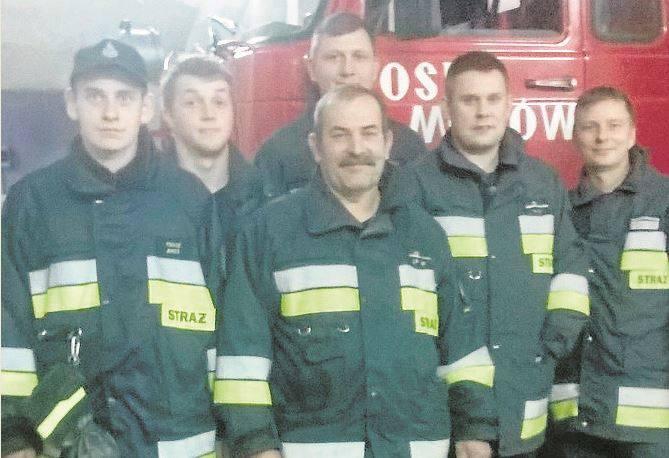 Część załogi Ochotniczej Straży Pożarnej Mozów tuż  po zakończeniu jednej z akcji (w środku naczelnik Zbigniew Kwiatowski)