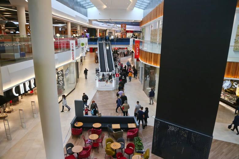 Po długim weekendzie majowym będzie można wybrać się na większe zakupy. W centrach handlowych ponownie zostaną otwarte sklepy odzieżowe, obuwnicze, a