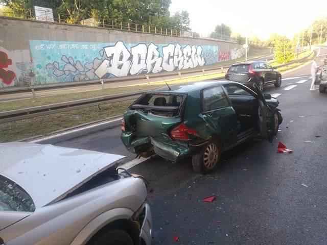 Do wypadku doszło w piątek w godzinach wieczornych. Na ul. Lutyckiej zderzyły się trzy samochody osobowe. Poszkodowany został mały chłopiec. Wypadek