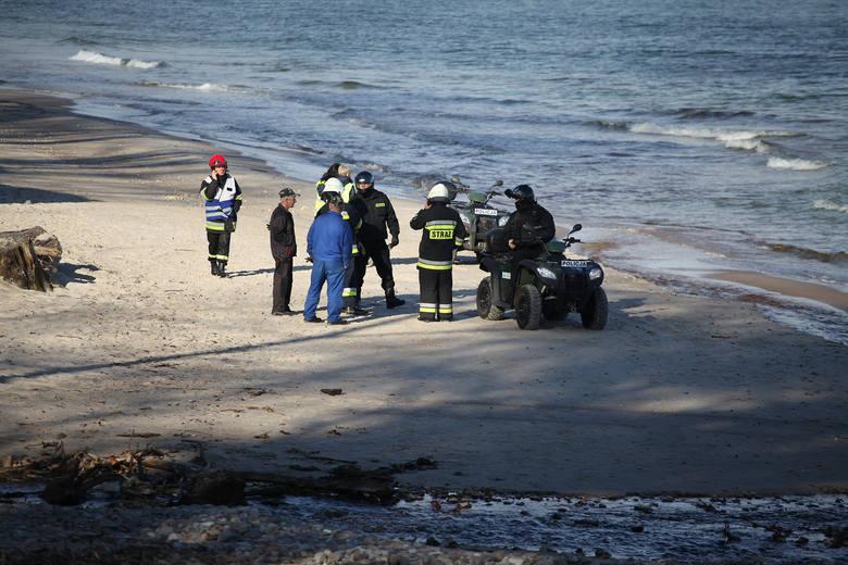 Morze wyrzuciło substancję chemiczną na plaży między Ustką a Orzechowem.