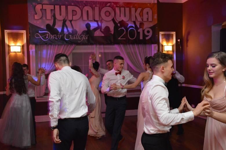 """Studniówka maturzystów """"Sikorskiego"""" ze Stalowej Woli w Dworze Galicja"""