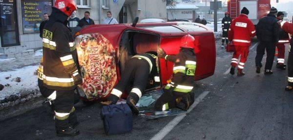 Fiat seicento dachował na Niemodlińskiej w Opolu. Pizza nie dojechała na czas