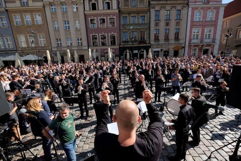 """W niedzielę o godzinie 12, odbył się koncert upamiętniający 100-lecie niepodległości. Na Starym Rynku utwór """"Victoria'18"""" zagrało stu"""