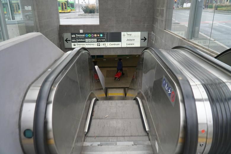 Za bieżące utrzymanie ruchomych schodów na Kaponierze odpowiedzialne jest MPK. Jednak za niektóre problemy odpowiada też ZTM i ZDM.