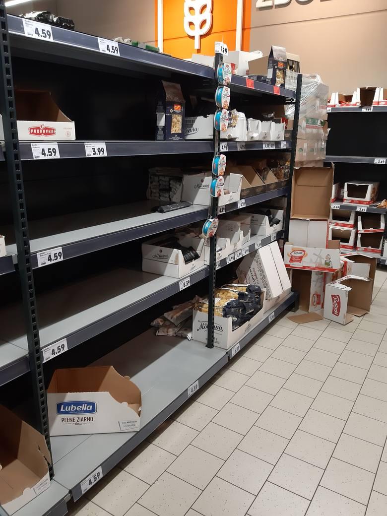 Po ogłoszeniu pierwszego przypadku koronawirusa na Podkarpaciu, zamknięciu szkół i uniwersytetów mieszkańcy Rzeszowa ruszyli na zakupy.  - Tłumy w sklepach.