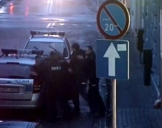 Do zdarzenia doszło w minioną niedzielę w okolicach Rynku i ulicy Kasztelańskiej.W godzinach popołudniowych operator monitoringu miejskiego zauważył