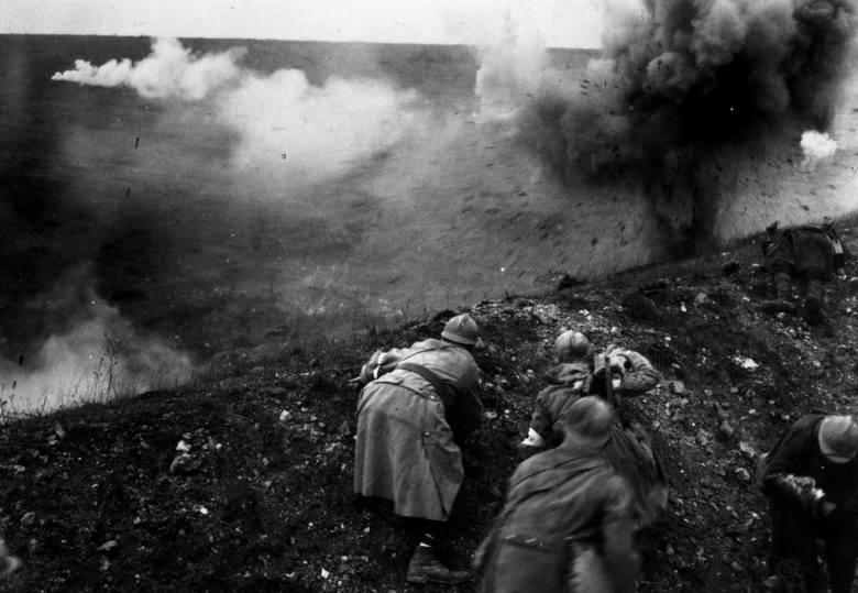 """Bitwa pod Verdun, zwana przez żołnierzy obu stron """"maszynką do mięsa"""". Łączne straty wyniosły prawie 700 tys. ludzi. Rok 1916"""