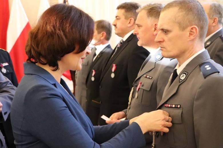 W sali kolumnowej Podkarpackiego Urzędu Wojewódzkiego w Rzeszowie, policjanci i strażacy odebrali wyróżnienia za pełną zaangażowania służbę. 35 policjantów